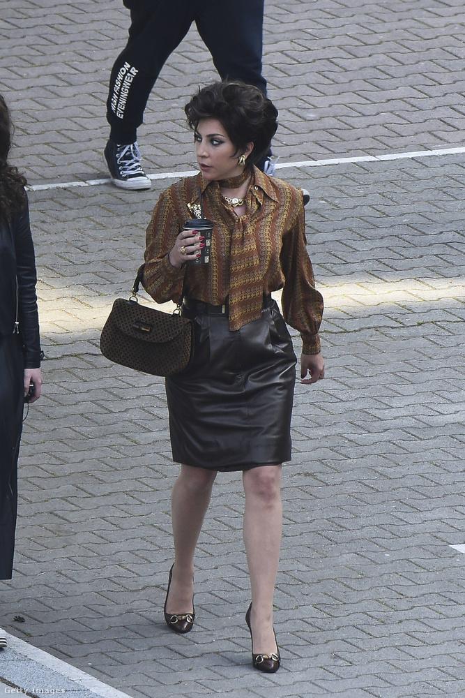 Gaga különböző ruháit lehet eleget dicsérni, de még nem tartunk ott: a filmben nyilván nagy hangsúlyt kap a látvány, az öltözetek: az egész a Gucci-divatház körüli eseményekről szól, a szereplők, pláne a Patrizia Reggianit alakító illető nem nézhet ki akárhogy.