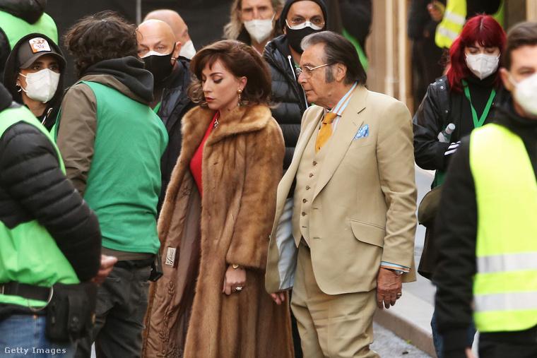csakhogy itt egy kicsit Al Pacino is látszik! Ő Aldo Guccit játssza a filmben.