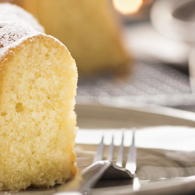 Egyszerű tejes-vaníliás kuglóf – A legfinomabb süti kávé mellé