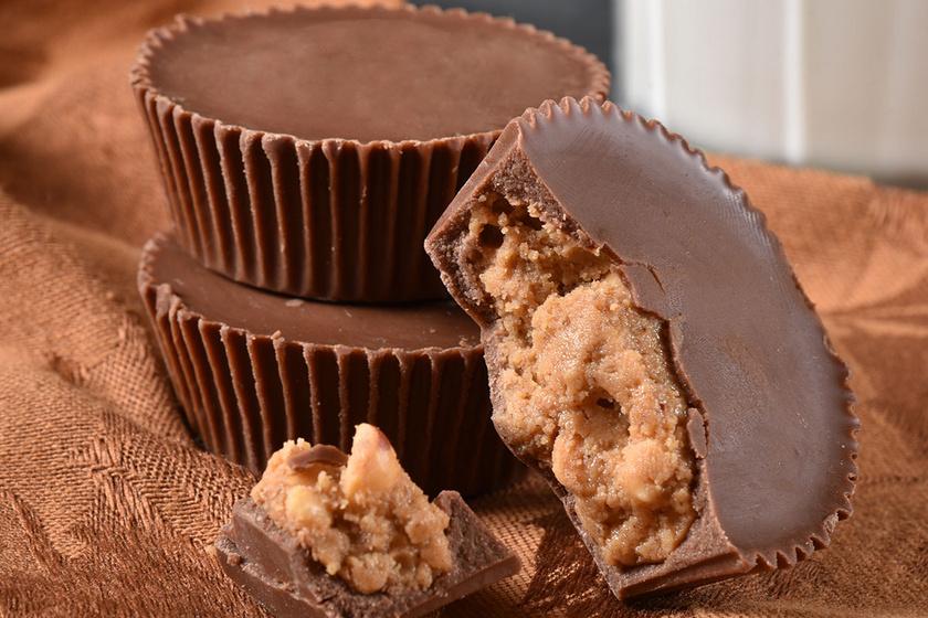 Mennyei, mogyoróvajas kosárka: roppanós csoki borítja az édes krémet