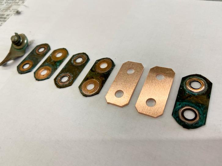 Az akkumulátorok oxidálódott vagy szétkalapált réz összekötői és a Béla által gyártatott új példányok