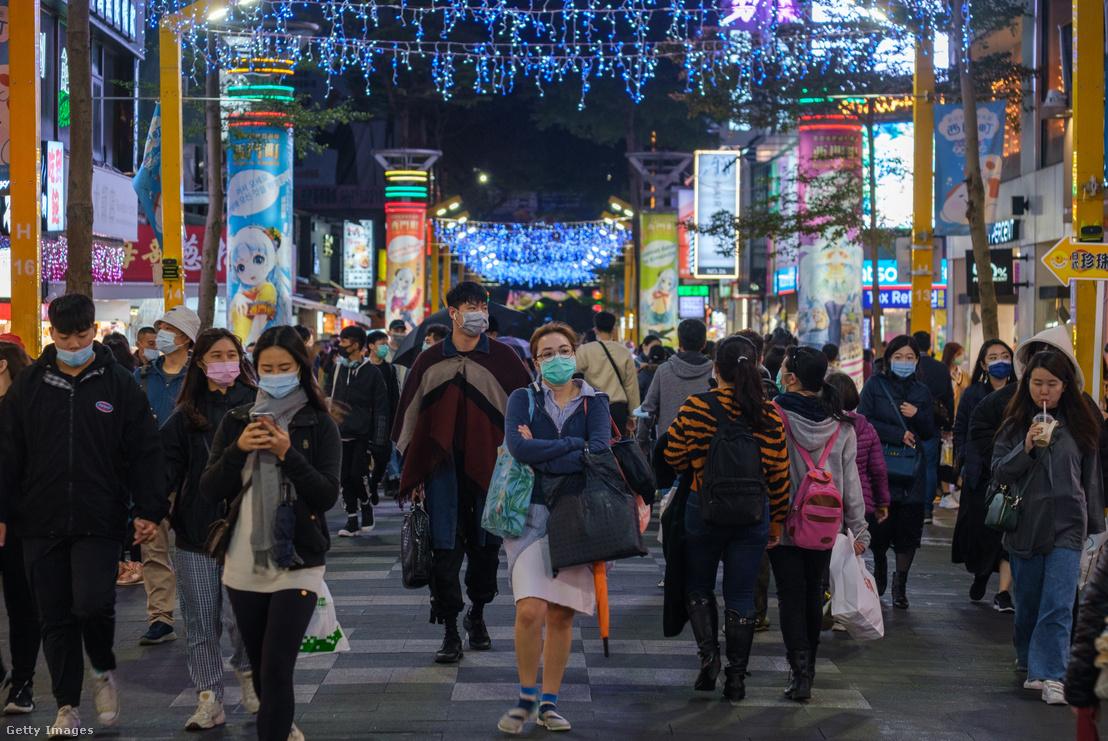 Maszkot viselő emberek 2020. december 5-én Ximen városnegyedben, Tajvanban