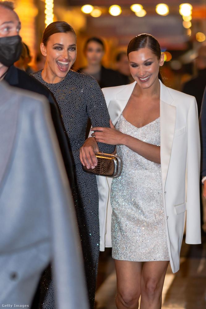 A bemutató végén aztán a modellek lazán sétáltak vissza - itt éppen Irina Shaykba karol Bella Hadid.