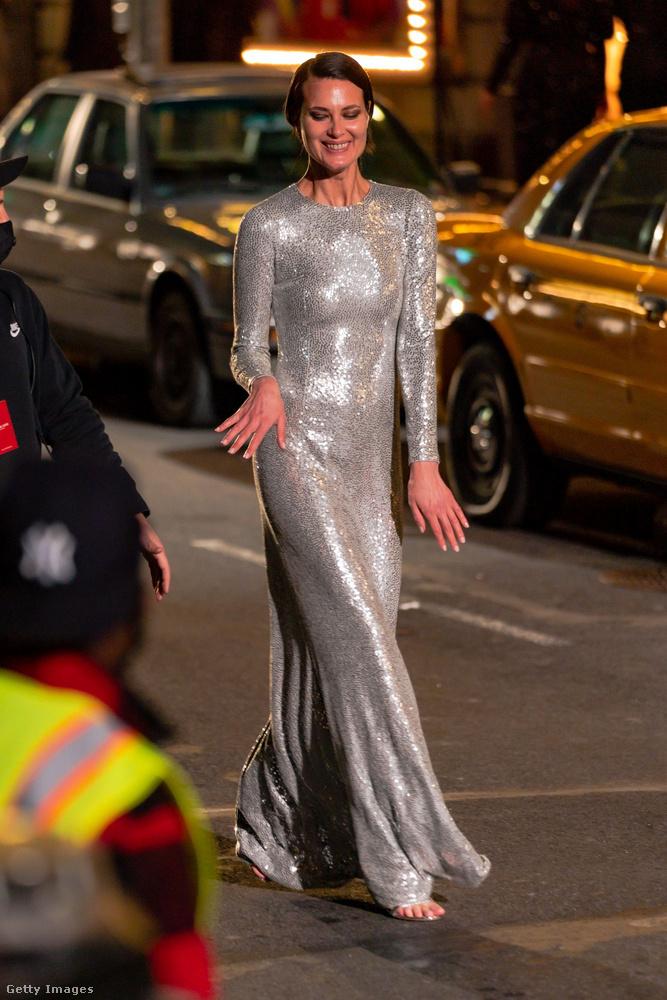 Helena Christensen is láthatóan jól érezte magát, ő még egészen vértszerű ruhát is kapott!
