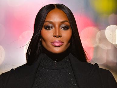 Naomi Campbell még ebből a látványos divatbemutatóból is kiragyogott