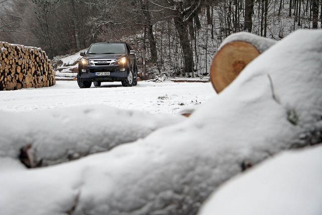A havas-jeges erdei utak leküzdése a nem jelentett gondot a D-Max-nek sem