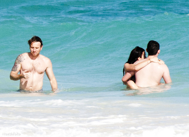 Ewan McGregor családjával vakációzik az óceán partján (illetve benne az óceánban)