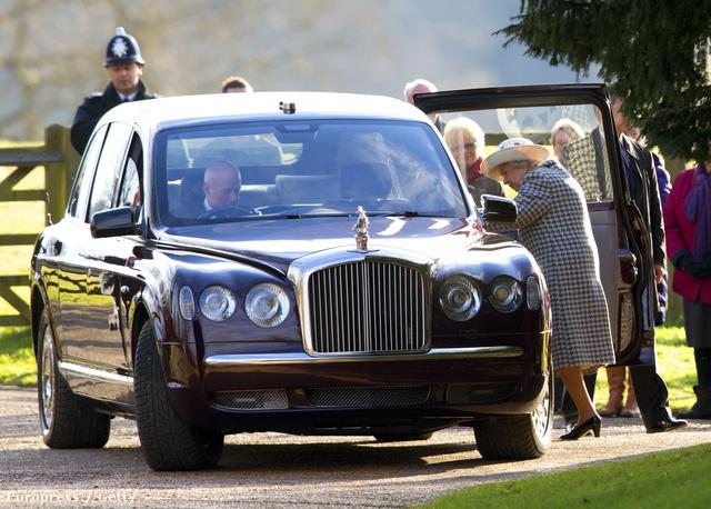 II. Erzsébet beszáll az autóba, miután sikerült beindítani