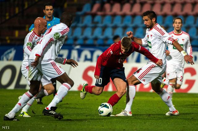 Varga József (b) Ibrahima Sidibe (b2) és Kovács István (j2) a DVSC-TEVA játékosai és székesfehérvári Dajan Simac (10) a labdarúgó OTP Bank Liga 12. fordulójában játszott Videoton FC - DVSC-TEVA mérkőzésen.
