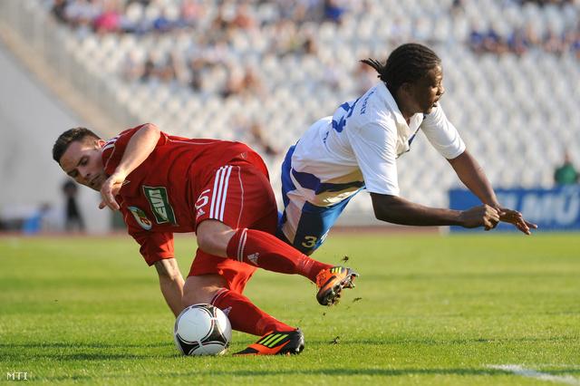 A debreceni Rezes László (b) és Rafe Wolfe (MTK) küzd a labdáért a labdarúgó Magyar Kupa döntőjében játszott MTK Budapest - DVSC-TEVA mérkőzésen.