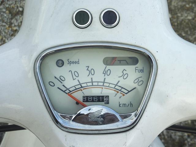 Csinos kis krómkeretet kapott a sebességmérő