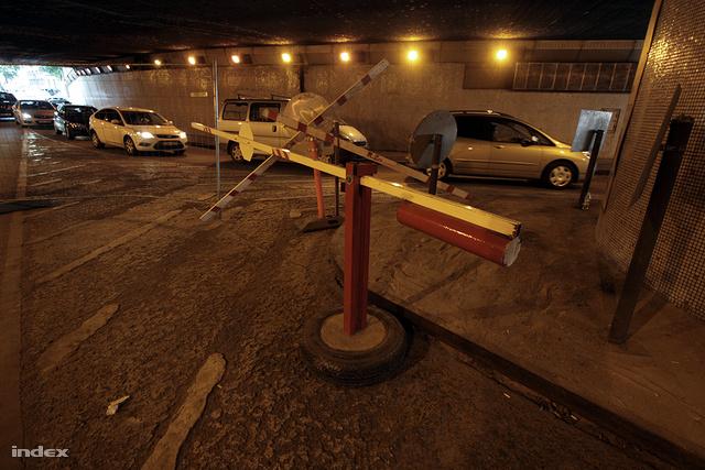 A Ferenciek terénél az a autós aluljáró részben már lezárva