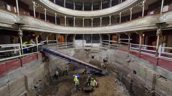 Megtoldják a Csokonai színház felújításának költségvetését