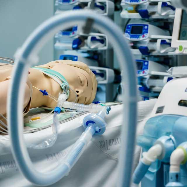 Emelkedett az aktív fertőzöttek száma, 1290-en vannak lélegeztetőgépen