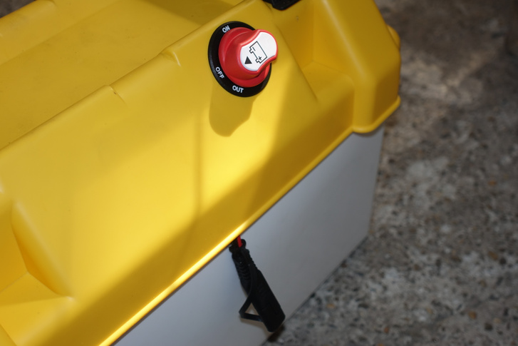 Jobbra a leválasztó kapcsoló, balra a külső töltés csatlakozója