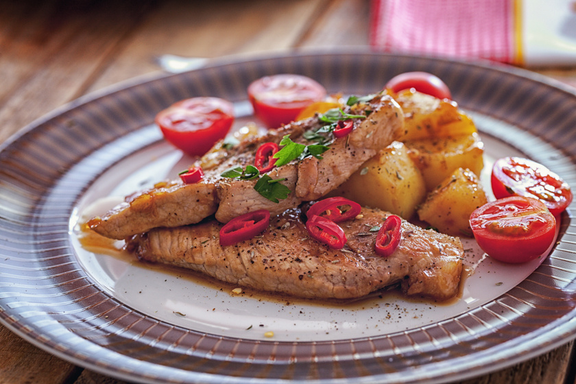 Fűszeres, mustáros tepsis karaj: a hús omlós, a pác ínycsiklandó