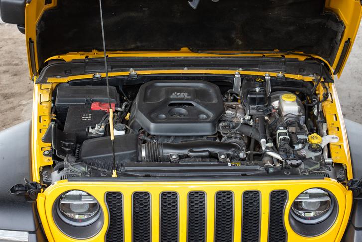 Szinte elvész a motortérben a hosszában álló kétliteres turbómotor. A tengerentúlon 3,6 literes V6-ost is kínálnak a Wranglerhez
