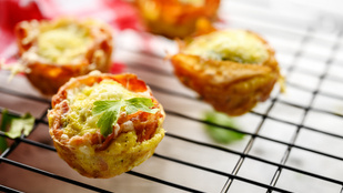 Csalános tojáskosárkák – nálunk egy adag parmezán dobta fel a tavaszi finomságot