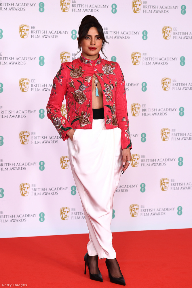 Priyanka Chopra színésznő nem estélyiben érkezett, de a ruhája így is kellőképpen figyelemfelhívó volt.