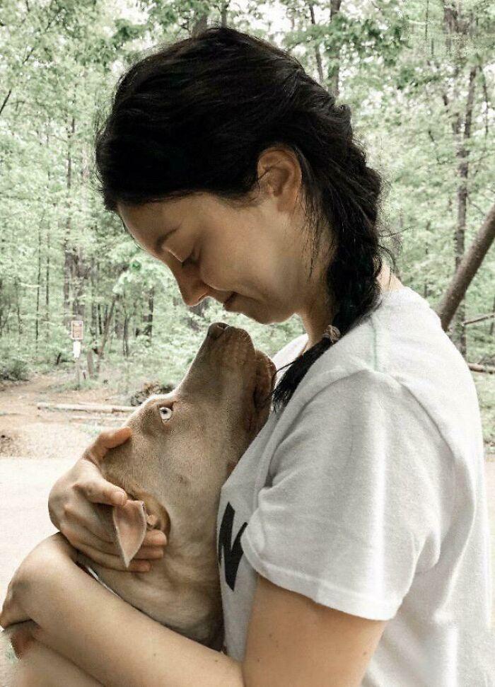 Ez a lány egy hónapja mentette meg a kutyát, azóta pedig a legjobb barátokká váltak.