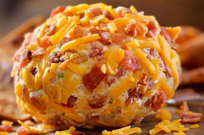 Baconnel és chedarral gyúrt sajtgolyó: látványos előétel vagy isteni kence