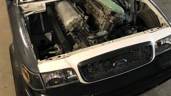 Érdekesen áll a tankmotor ennek a Fordnak az orrában