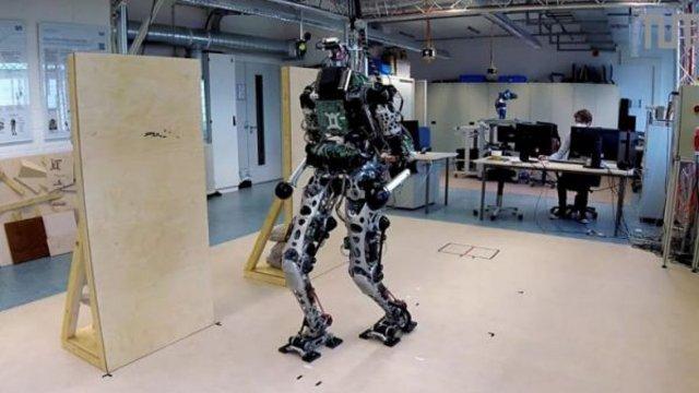 Kezével segít egyensúlyozni LOLA, a humanoid robot