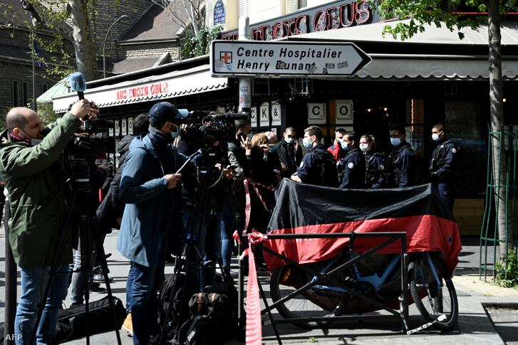 Újságírók gyülekeznek a rendőrségi kordon mögött a Henry-Durant kórház közelében.