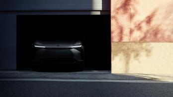 Még egy elektromos Toyota várakozik a sötétben