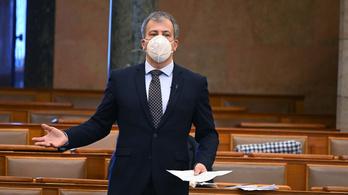 Parlament: az oltásregisztráció miatt esett egymásnak a DK és a kormány