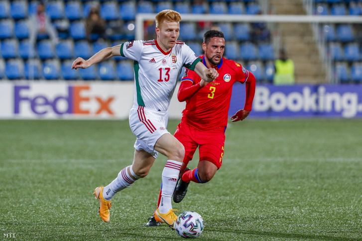 Kalmár Zsolt (balra) és az andorrai Marc Valles a labdarúgó-világbajnokság európai selejtezőjében játszott Andorra-Magyarország mérkőzésen Andorra La Vellában 2021. március 31-én.