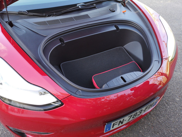 Még a Model 3-asban is elég nagy az első csomagtartó. A töltőkábel mindenesetre lazán elfér benne. Ezt nem mindenki tudta eddig a Tesla után csinálni. Például hasonló építési és hajtási módja ellenére a VW ID.3 sem