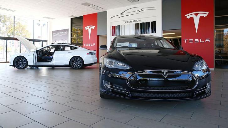 Magától értetődően saját márkakereskedésekben árulják a Teslákat. Elektromos autóikat a hagyományos autógyártóknak is külön, dedikált márkakereskedésekben kellene árusítaniuk