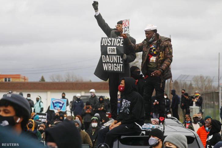 """Tüntetők a Brooklyn Center-i rendőrség előtt """"Igazságot Dante Wrightnak"""" transzparenssel 2021. április 12-én"""