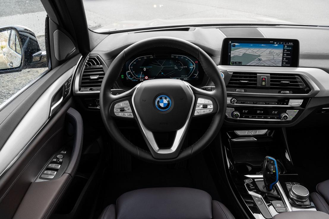 A vezetőre pontosan azok a műszerek néznek vissza, mint az X3-ban, és mint egy csomó másik BMW-ben