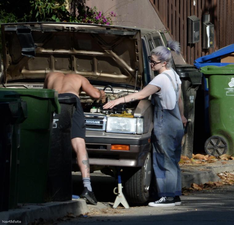 A napokban (április 11.) az emlegetett paparazzók azért örökítették meg, mert a barátnője segítségével bütykölte a kocsiját.