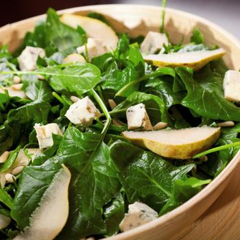 Könnyű, friss spenótsaláta körtével és sajttal: az édeskés gyümölcs nagyon feldobja