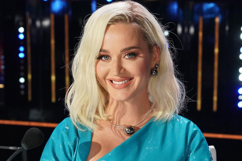 Katy Perry 8 hónappal a szülés után szexi lakkruhában pózolt: kiemelte nőies alakját a kreáció