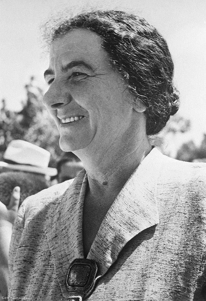 A történelem ezen viharos időszakában Golda Meir családja döntött, édesapja már 1903-ban kiment munkát keresni Amerikába, végül 1906-ban együtt az Egyesült Államokba emigráltak, majd Wisconsin államban, Milwaukee-ben telepedtek le. Már az iskolában csatlakozott egy cionista csapathoz, a jiddis kultúrával is behatóan megismerkedhetett. Az évek során tanárnak tanult ki, majd nem sokkal utána meg is házasodott.