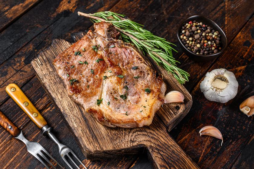 Tepsiben sült rozmaringos, fokhagymás tarja: szaftos és omlós