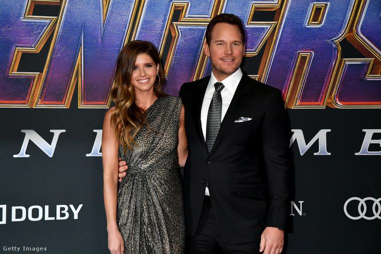 Vagy így, mint ahogy a feleségével, Katherine Schwarzeneggerrel feszítenek egy 2019-es Bosszúállók-premieren.
