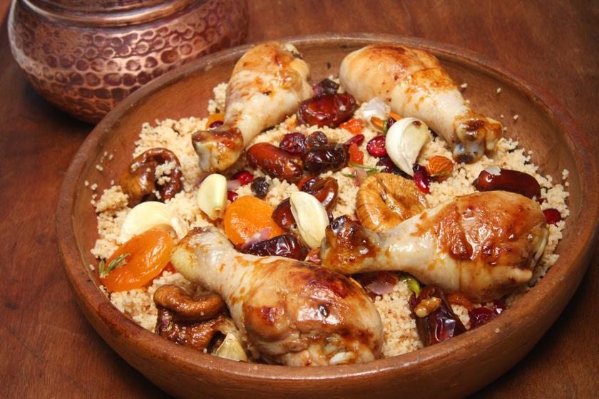 Fűszeres sült csirkecombok: aszalt gyümölcsös kuszkusz teszi még különlegesebbé