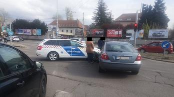 Rendőrautó karambolozott a Dózsa György úton, elfolyt belőle az üzemanyag