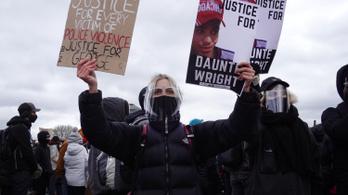 Vádat emeltek a rendőrnő ellen, aki Minneapolisban lelőtt egy feketét