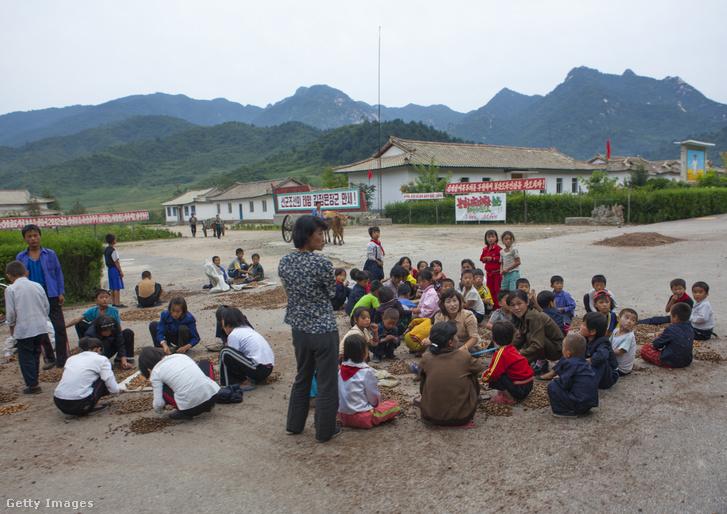 Gyerekek egy észak-koreai faluban 2012. szeptember 7-én
