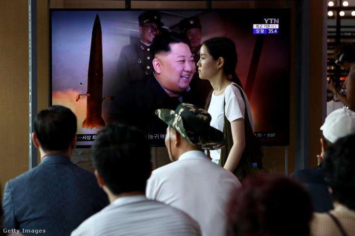 Észak-koreai rakéta kilövését mutatják a tv-ben 2019. augusztus 6-án Dél-Koreában.
