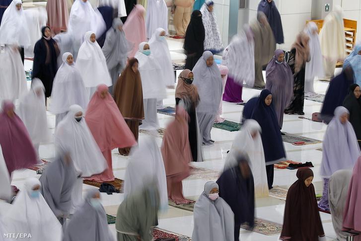 Muzulmán nők imádkoznak egymástól biztonságos távolságra a szent böjti hónap, a ramadán előestéjén a malajziai Putrajaya egyik mecsetében 2021. április 12-én