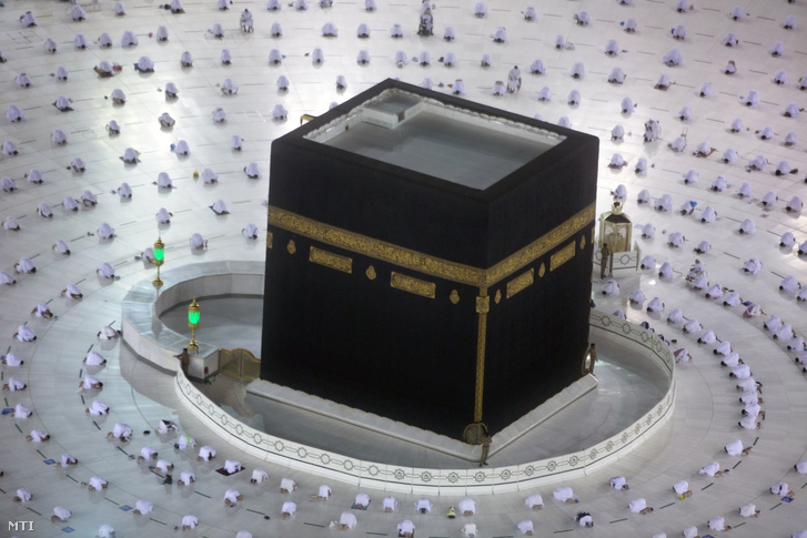 Muzulmán zarándokok imádkoznak egymástól biztonságos távolságra az iszlám legszentebb kegyhelyén, a mekkai Nagy Mecsetben álló Kába-kőnél 2021. április 13-án, a szent böjti hónap, a ramadán első napján