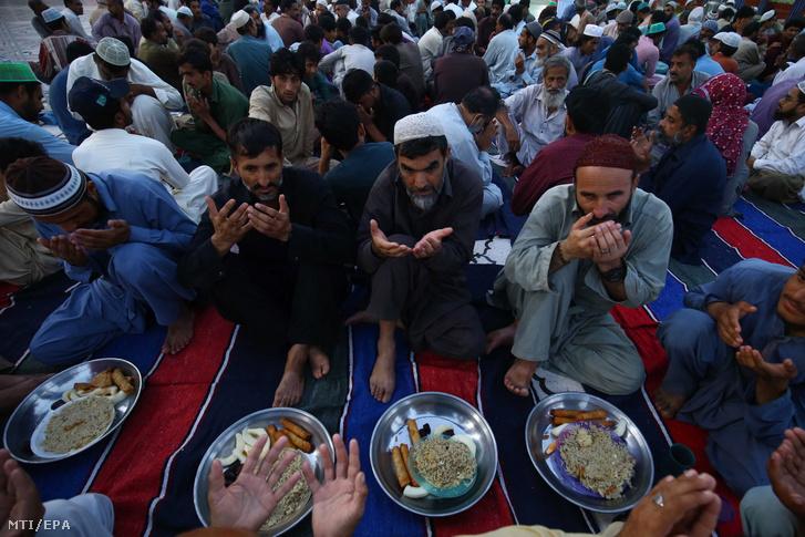 Muzulmán férfiak imádkoznak napnyugta utáni étkezés előtt egy mecsetben a pakisztáni Karacsiban 2021. április 14-én a szent böjti hónap, a ramadán idején. A 30 napos böjt során a hithű muzulmánok naponta ellátogatnak a mecsetbe, ahol a Koránt tanulmányozzák és az esti imát követően taravih imát végeznek
