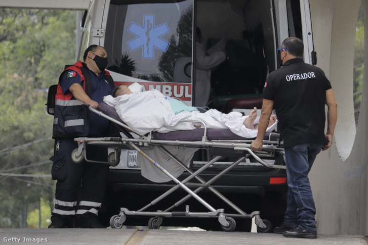 Mentősök szállítanak egy beteget Mexikóban 2021. április 14-én